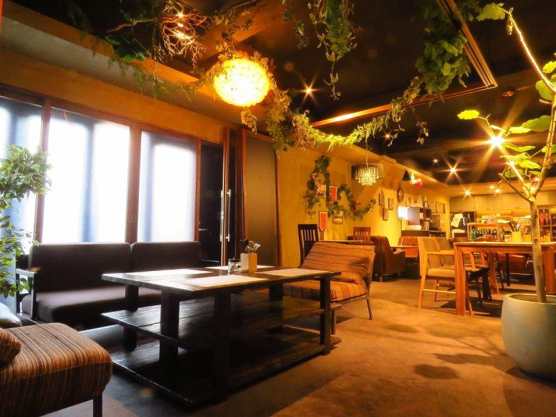 隠れ家のような空間でゆったりお食事とお喋りを楽しんでいただけます。