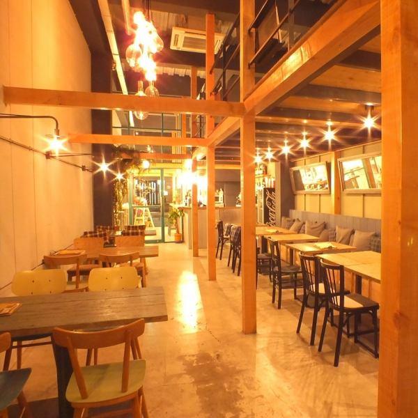 【1F】桌子和沙发座椅◆15人___好☆☆可以在1楼和2楼一起租用多达80人☆在美国波特兰设有咖啡馆的阁楼开放空间。建筑师Makoto Tanijiri办公室工作的设计空间时尚而时尚。'Ru Cafe'的第二家商店,是Namiki历史悠久的热门咖啡馆。