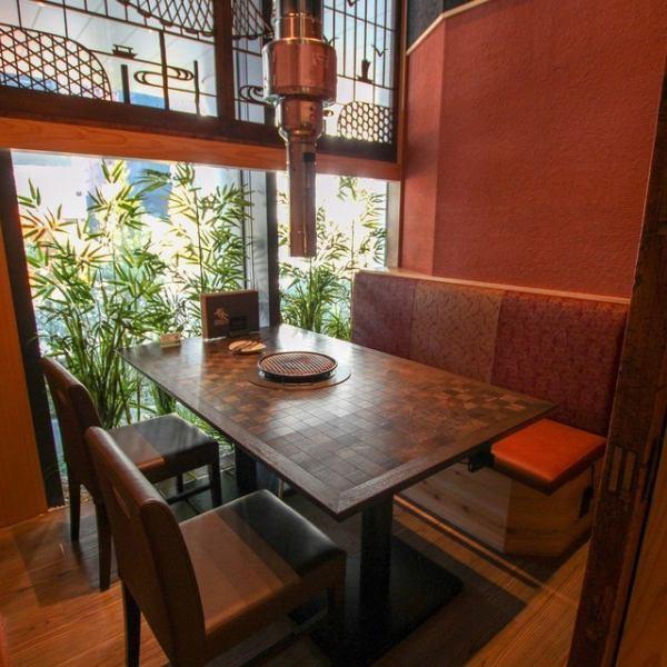 人気の個室席は外の景色を眺めながらゆっくりとお食事をお楽しみいただけます。プライベートな空間で周りを気にせずにゆっくりとお過ごしいただけます。接待や会食などの大切なシーンにも◎様々なシーンでご利用ください!