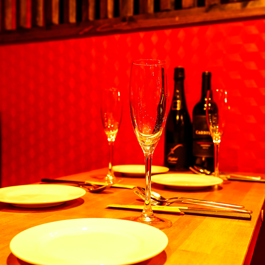 カップルシート☆デートや誕生日・記念日などのシーンにぴったり♪個室でバル料理お楽しみください!宴会・合コンに最適な個室・お席をご用意しております。