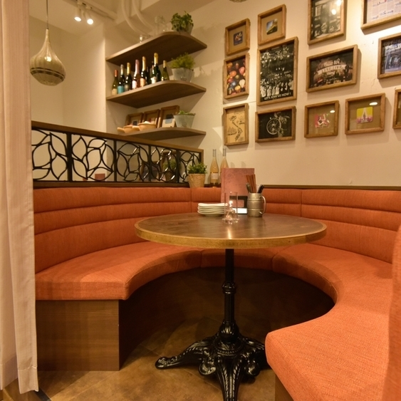 Half private rooms available with curtains.Sofa table seats for up to 6 people possible.Of course not only for couples but also for girls' societies and small groups at banquets ◎ It is a popular seat for celebrations of birthdays and anniversaries at various banquets ♪
