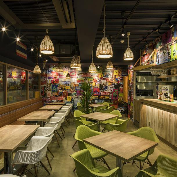 店内はインスタ映えしそうなカラフルな壁やランプシェードで装飾。テーブルやカトラリーはしっかりしたものを使いながらも気軽さがちょうどいい雰囲気です。