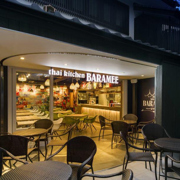 「その気軽さを感じていただければ」と、タイの街角にありそうなカフェレストランを再現。 木屋町の中でも一際目立つ外観です。季節ごとの雰囲気や通りの喧騒を感じながらお気軽に本格タイ料理をお楽しみください。