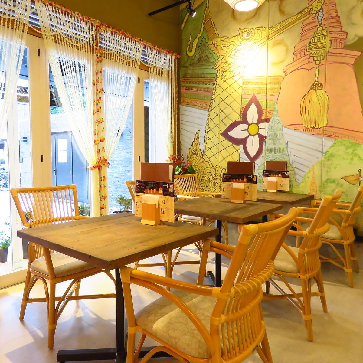 大きな窓がオープンテラス感を演出してくれるリゾート感のあるテーブル席!女子会にもデートにも◎