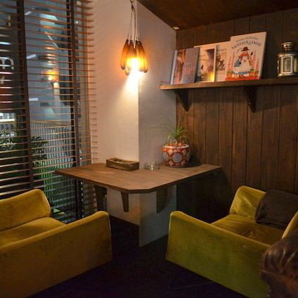 【Recommended for dating】 The antique couple seat relaxing relaxedly is a popular seating quietly surrounded by the scenery of Shibuya and sticking accessories even on shopping and Shibuya dating.