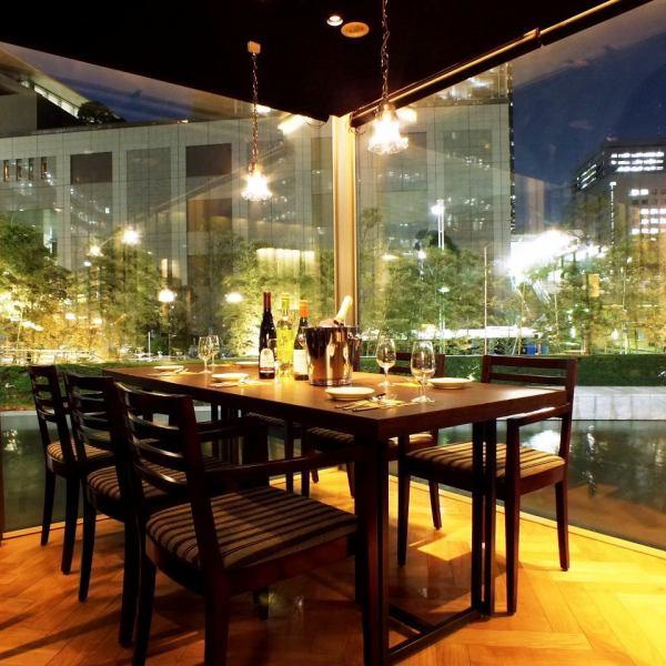 【景色を眺めながら食事】夜景の見えるガラス張りの席をご用意しています!当店では一番人気の席のためご予約はお早めに