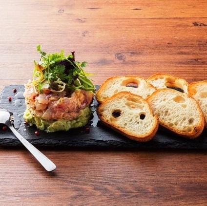 ●日替わり鮮魚とハーブのなめろう ~モッツァレラチーズとアボカドのミルフィーユ仕立て~