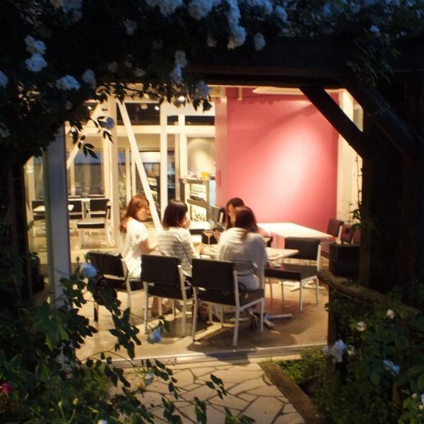 【カフェスペース】 季節によっては爽やかなお庭を眺めながらおくつろぎ頂けます!開放感ある落ち着いた雰囲気、それでいて肩ひじ張らずに楽しめるとっておきのスペースです!15名~30名まで貸切OKです!