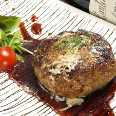 人気のおすすめ料理【自家製ハンバーグ】ふっくらジューシーなハンバーグを是非ご賞味ください♪1200円