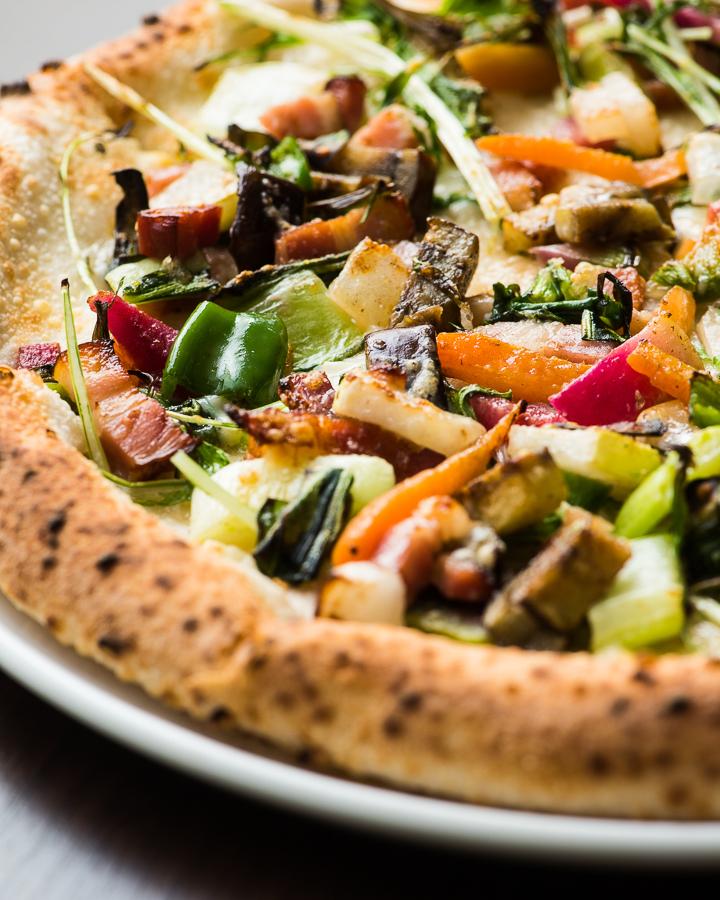 有機蔬菜和培根比薩餅