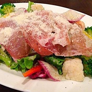 沙拉用未加工的火腿和palmigano