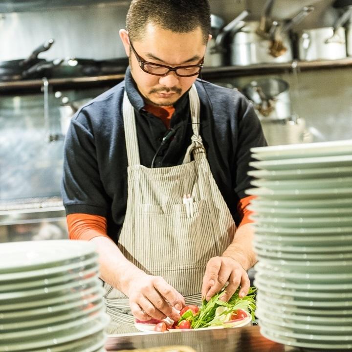 廚師製作豐盛的菜餚!