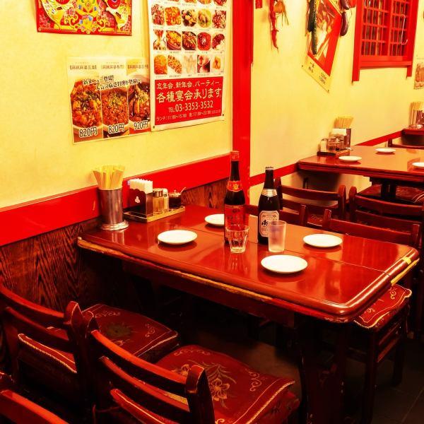 【新宿三丁目にあるオトナな雰囲気の中華料理店】温かみのある木製テーブルで都会の喧噪を忘れさせてくれます。。。