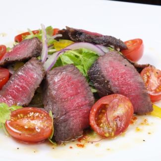 Warm salad with beef and tomatoes