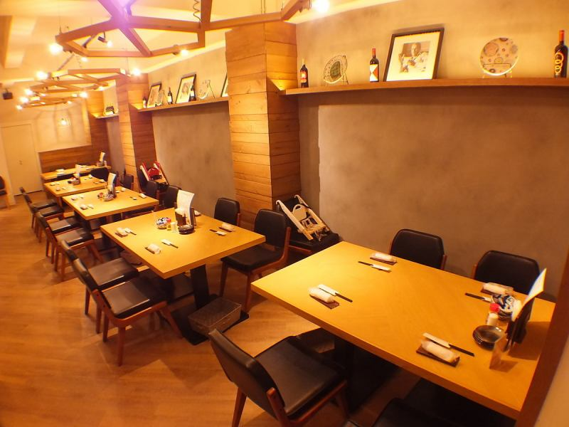 Spacious table seats can be used for banquets etc. Since you can also connect tables, you can use it for various purposes! We accept reservations for luncheons, small dinner party, banquets etc.!