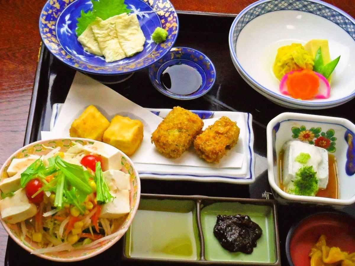 信州諏訪の名物「みそ天丼」を始め、豆腐尽くしの美容メニューも