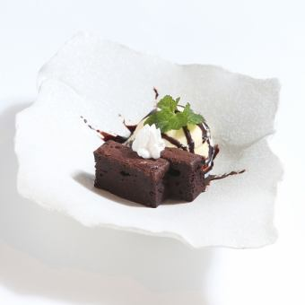 Gateau chocolat with vanilla ice