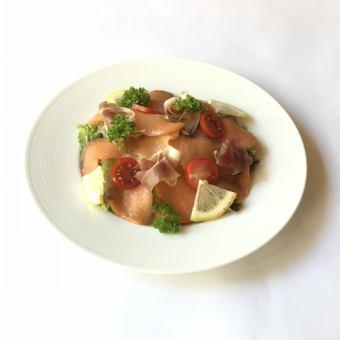 沙拉用未加工的火腿和熏制鮭魚