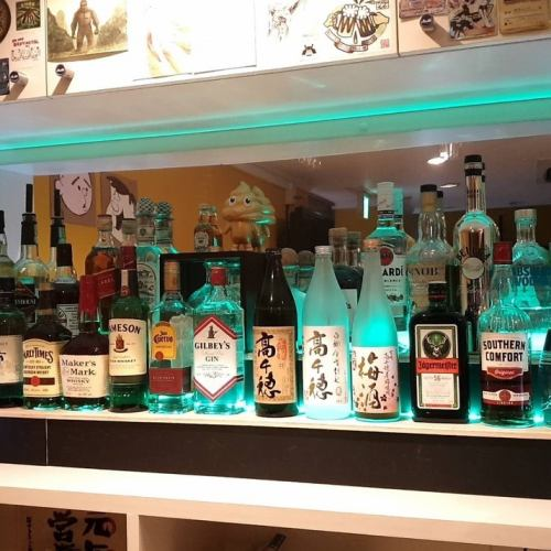 カウンター越しに並ぶ豊富なアルコールの数々♪