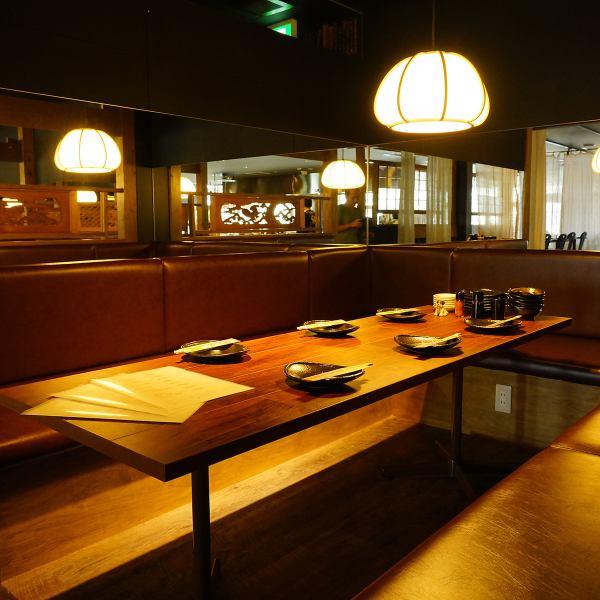 木の温もり溢れる解放感のある店内。広々としたソファのテーブル席は、仕事帰りの飲み会や仲間内の宴会などプライベートな飲み会にぴったりです。
