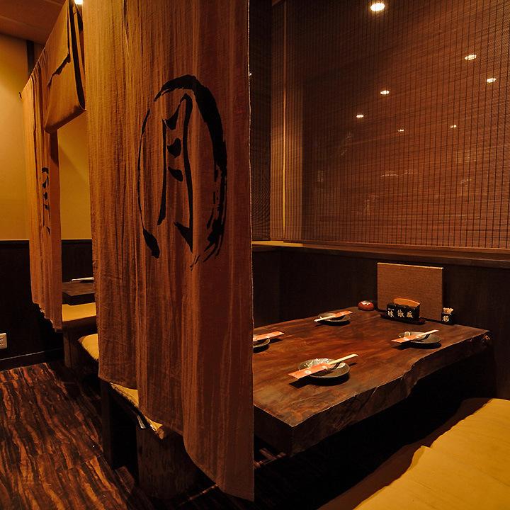 オーナー手造りの一枚板のテーブルが温かみある落ち着いた空間を作り出しています。