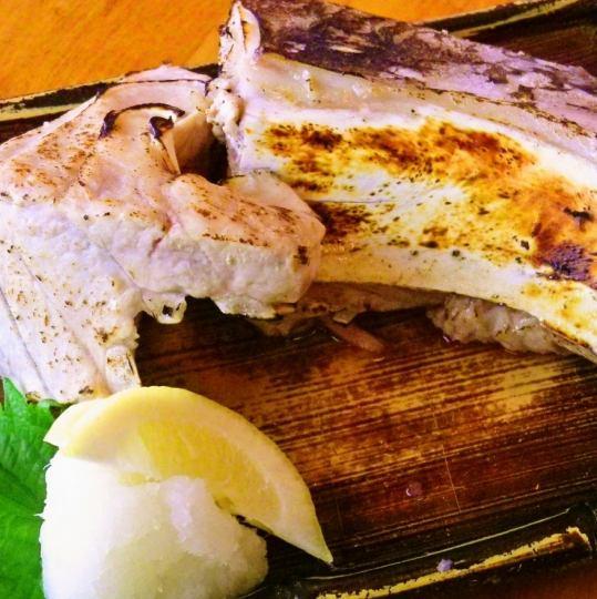 【三崎まぐろカマ塩焼き】人気の一品。じっくり焼かれたカマはジューシーで旨い!食べ応えも十分です!