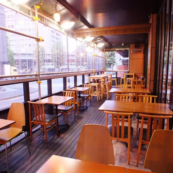 【開放的なテラス席で心地の良いお時間を♪】 外の空気を感じながらお食事をお楽しみいただけるテラス席は、ランチ・カフェタイムにも人気のお席です。
