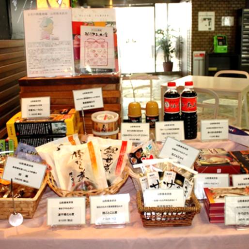 【特産品をご自宅でもお楽しみいただけます】 店内入口横のロビー席付近で、月ごとに注目している市町村の食材使用と特産品の販売もしています。ご来店の際にはぜひお立ち寄りください。