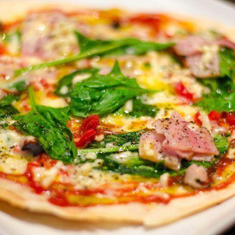 ベーコンとほうれん草のピザ《Bacon & spinach garlic pasta》