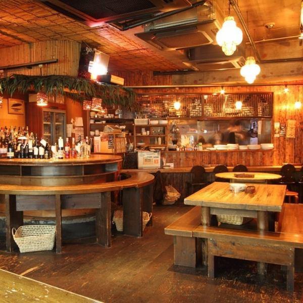 テーブルにつき2名様から着席可。連結テーヴルで最大20名様まで着席可。スタッフ厳選のワイン・洋酒!シェフが作るスペイン・イタリアン・エスニック・和食等の本格多国籍料理~創作無国籍料理の数々!落ち着いたダイニングフロアで話も盛り上がるお席をご用意。アラカルトに付きお会計10%OFFクーポン有り!