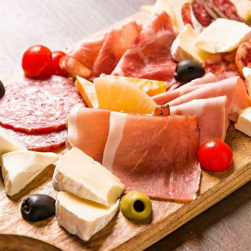 生ハム,サラミ,チーズの盛り合わせ