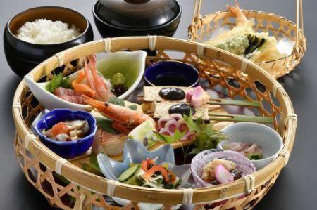 気軽にテーブルで本格的な名古屋コーチン料理を味わえる。