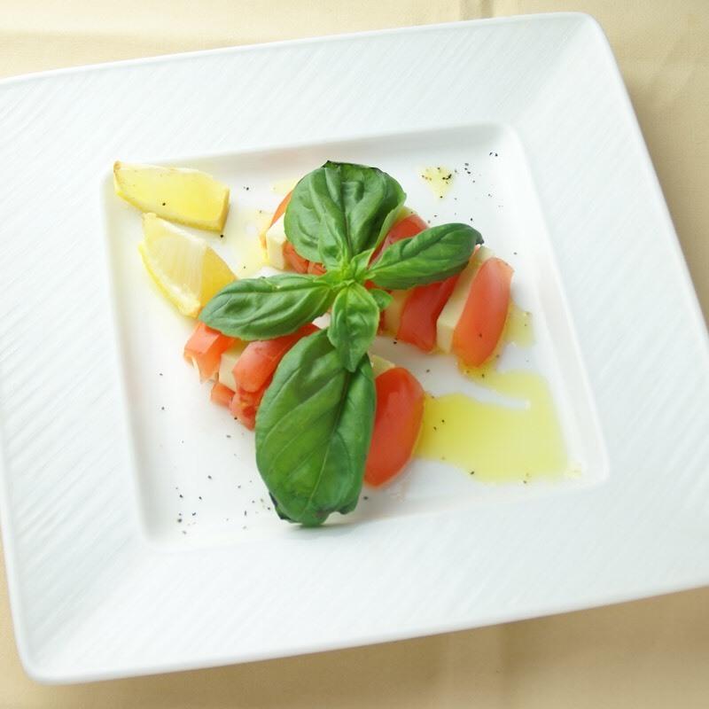 바질과 레몬 향기 카리브 제도 샐러드 (600 엔) × 다크호스 샤르도네
