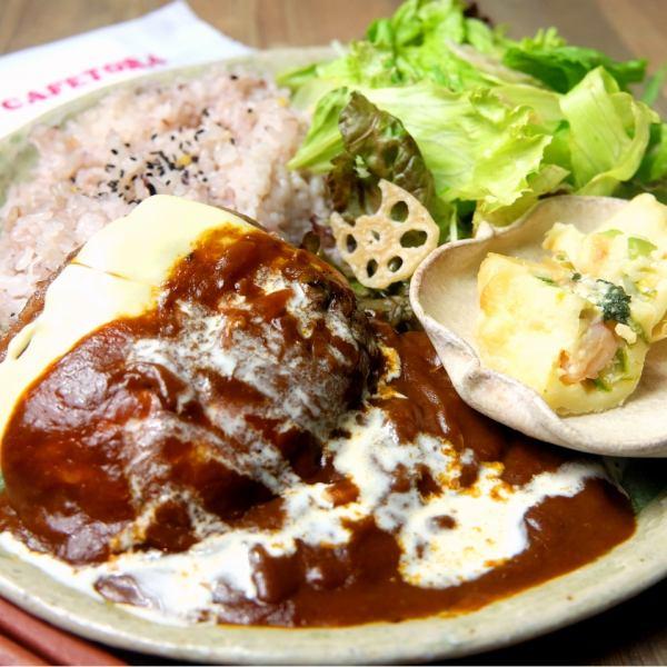 수제 햄버거 SET (10 오곡 미 / 미니 샐러드 / 전채 / 세트 음료 / 작은 쉬폰 케이크)