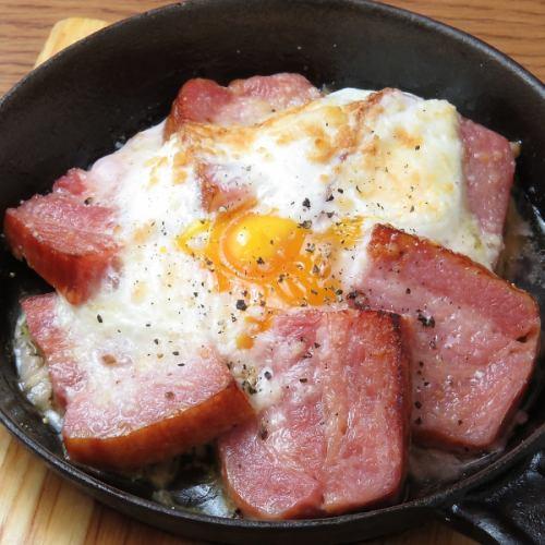 厚切りベーコンと卵の釜焼き