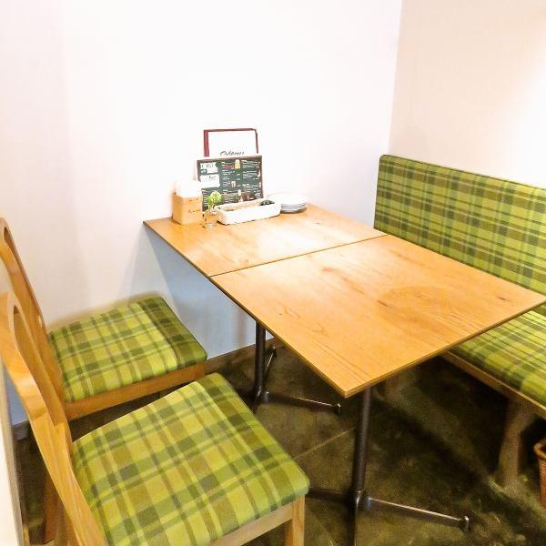 【テーブル席】テーブルをくっつければ大人数のパーティも可能♪インテリアが一つ一つカワイイので、つい長居しちゃうことも…★