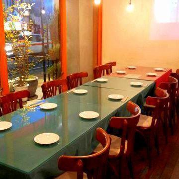 4~8名の開放感のあるテーブル!