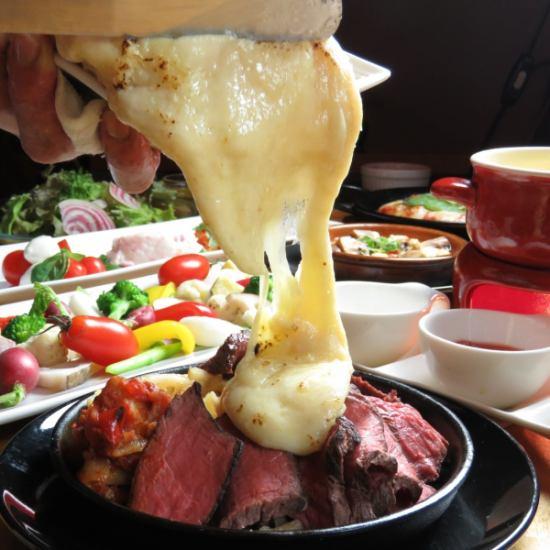 ラクレットチーズを肉にぶっかける!?豪快&美味しいトッピング