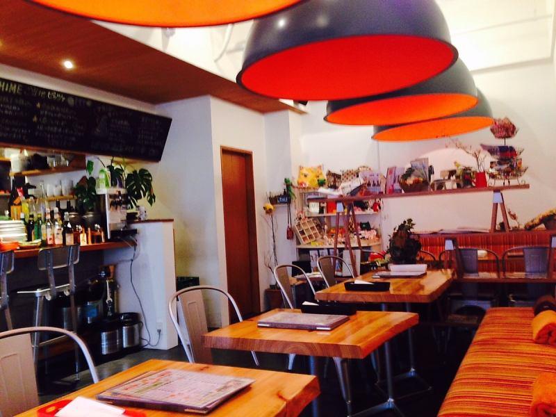 愛媛のイメージカラーであるオレンジを基調としたオシャレな店内。20名程度の宴会(立食で30名程度)に対応。15名~無料で貸切OK!