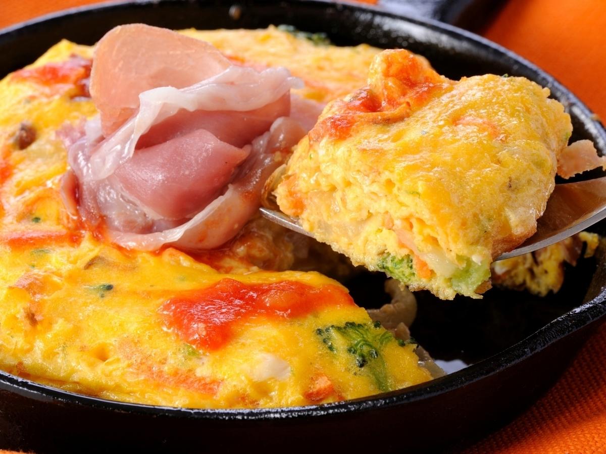 Okamaki煎蛋捲用橘子和蔬菜
