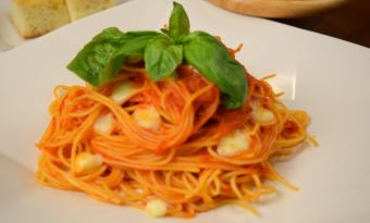 Spaghetti with ripe tomato and mozzarella cheese