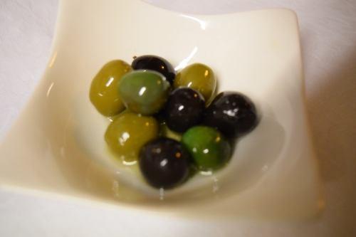 自家製セミドライトマトと2色の自家製オリーブのマリネ