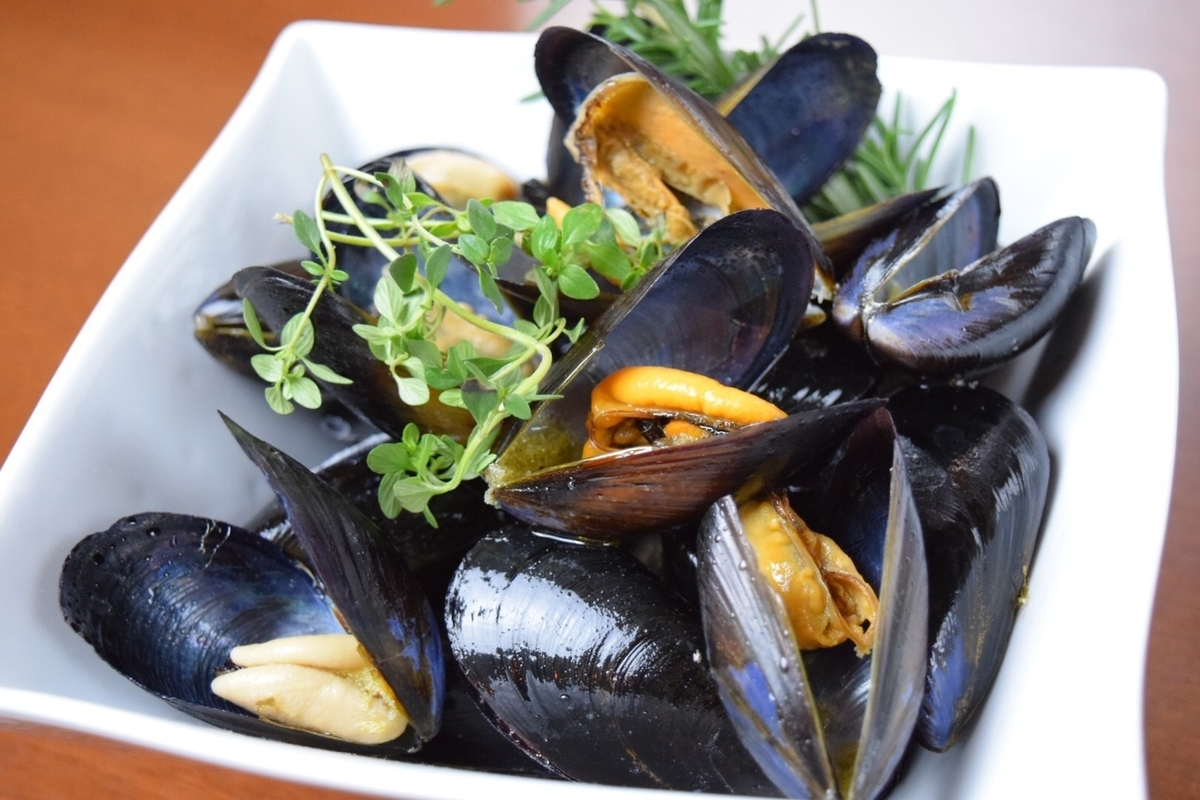 Steamed Spanish mussels with scallion white wine