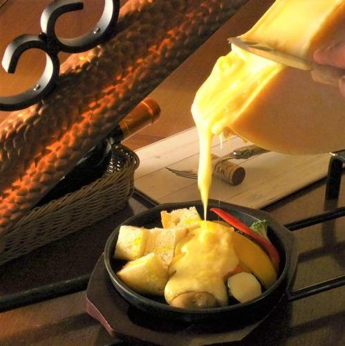 鶏モモ肉丸ごと一枚とジャガイモのグリルのラクレットチーズがけ(ディナーメニュー)
