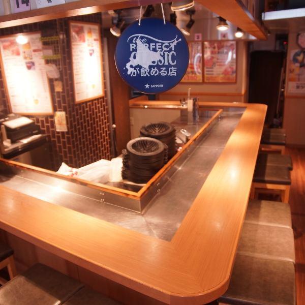 お客さんに脂が飛ばない様に店員側が斜め下になるよう設計したこだわり鍋を使用。