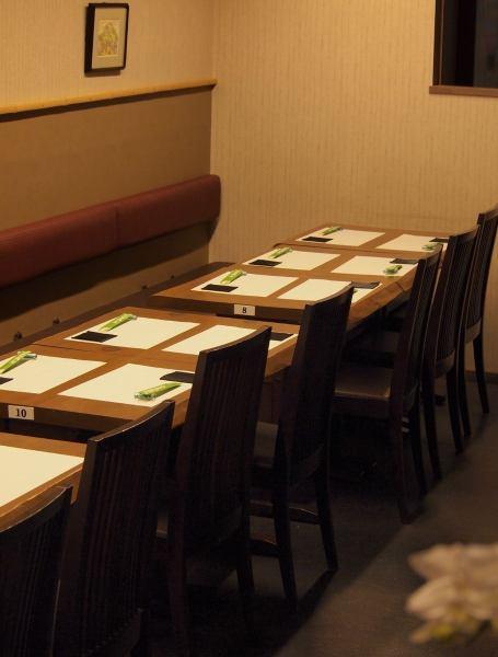 【ご宴会席は40名様まで◎】15名までのご宴会に◎テーブルが横一列になりますので、みんなでわいわい楽しめます。隣の丸テーブル利用で25名様の宴会も可。店内全席利用で40名様まで。人数・予算は応相談。