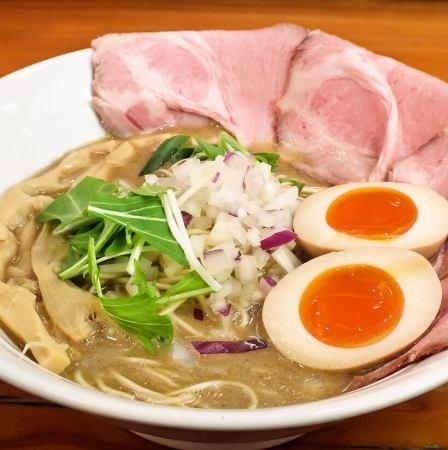 最新出现的煮熟的猪骨拉面!深米饭配上大米煮熟的米饭
