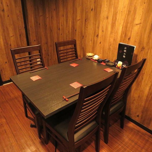 こちら4名用のテーブル席♪少人数のプライベートな飲み会から貸切12名~OKの宴会まで、幅広いシーンに対応可能♪