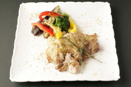 大山雞肉和時令蔬菜的香草烤