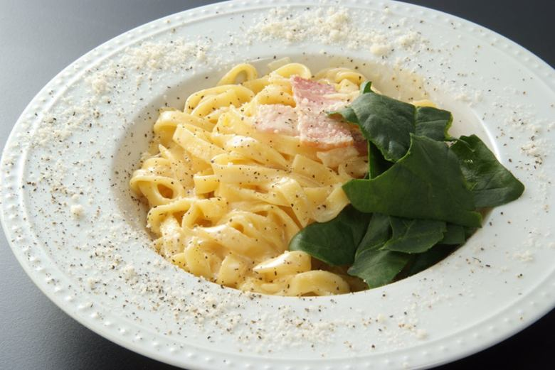 Authentic carbonara of spinach and pancetta